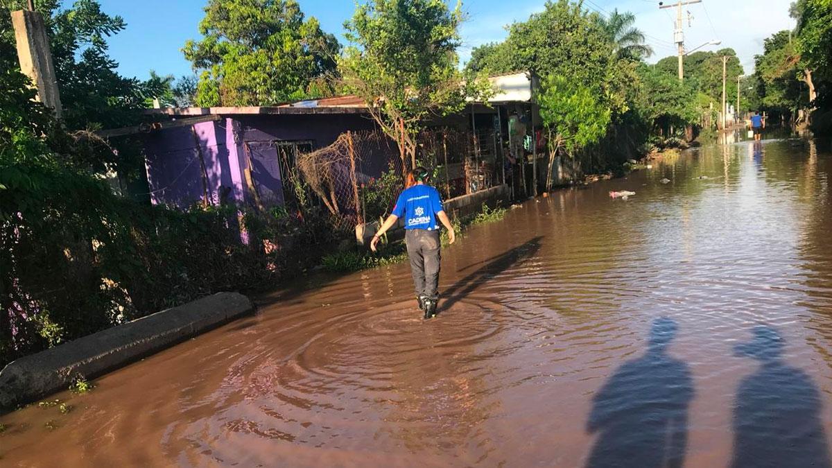 Voluntario de CADENA camina sobre la inundación.