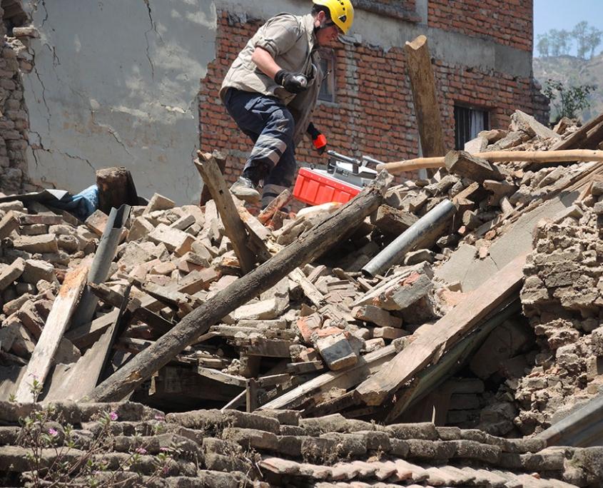 Rescatista del Go Team sobre escombros.