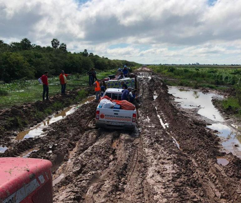 Pickups con el equipo de CADENA pasan por terreno lodoso rumbo a las comunidades afectadas.