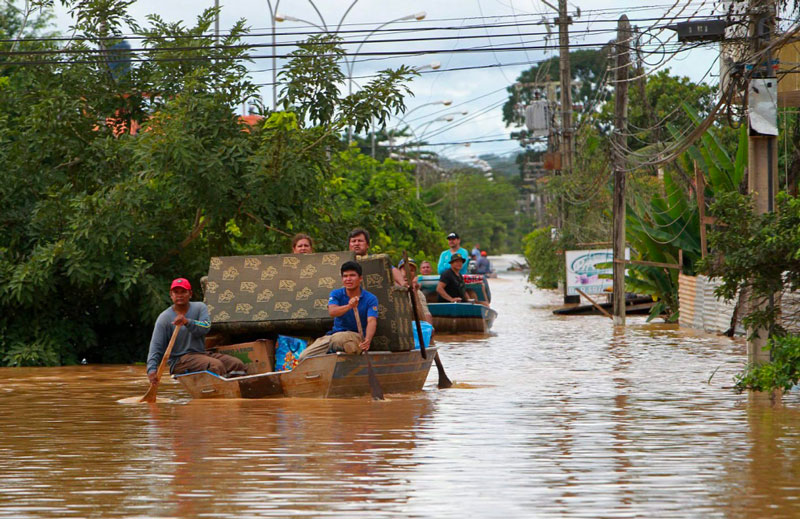 Un convoy de lanchas transportando ayuda humanitaria en Paraguay.