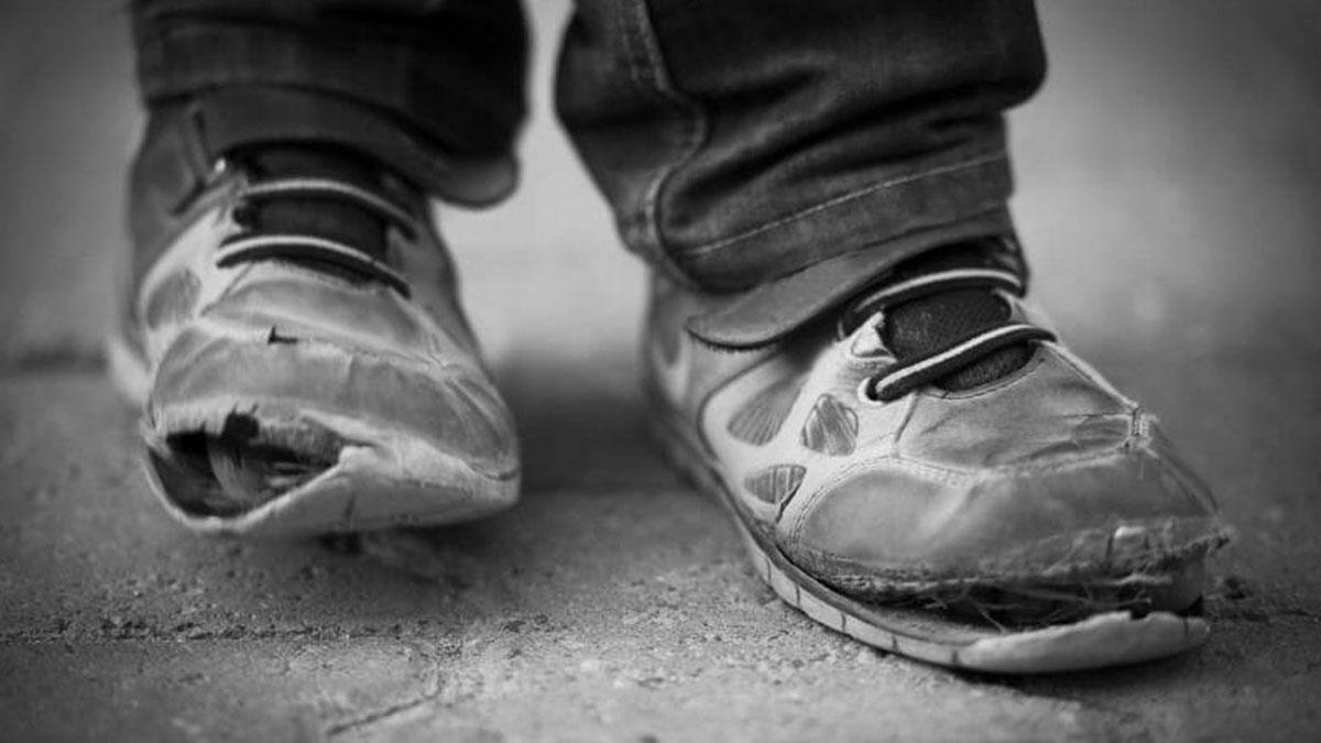 Zapatos rotos de un niño.