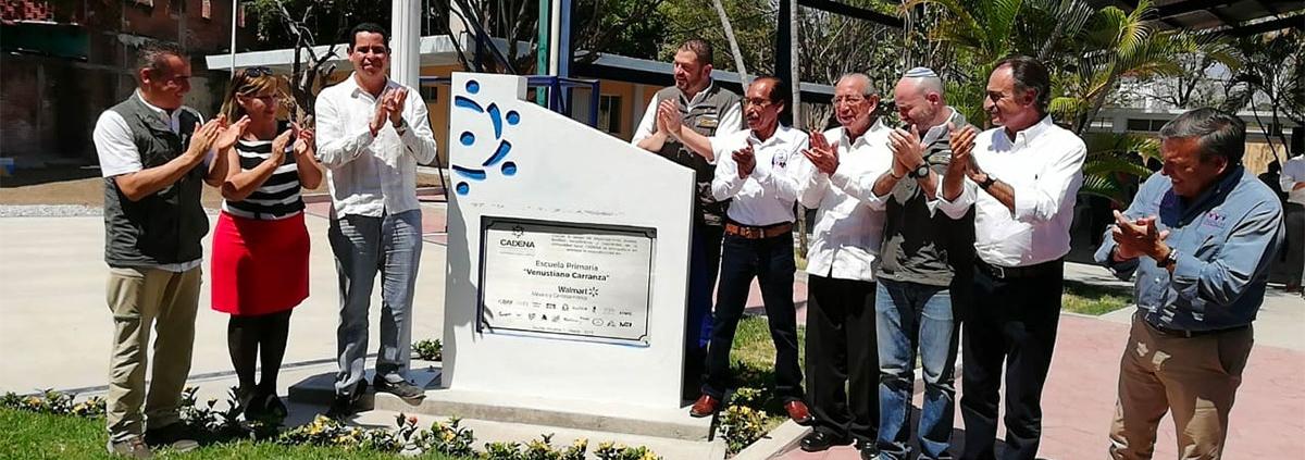 El equipo de CADENA y autoridades de Morelos develan la placa en la escuela Venustiano Carranza.