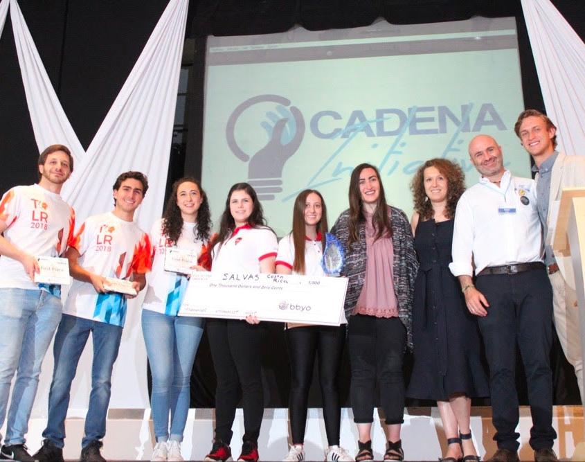 Un grupo de jóvenes ganadores de Iniciativa CADENA 2019 posa para una fotografía con Benjamín Laniado, Presidente de CADENA.