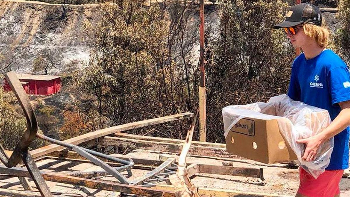 Voluntario de CADENA Chile carga una caja en la misión a Limanche