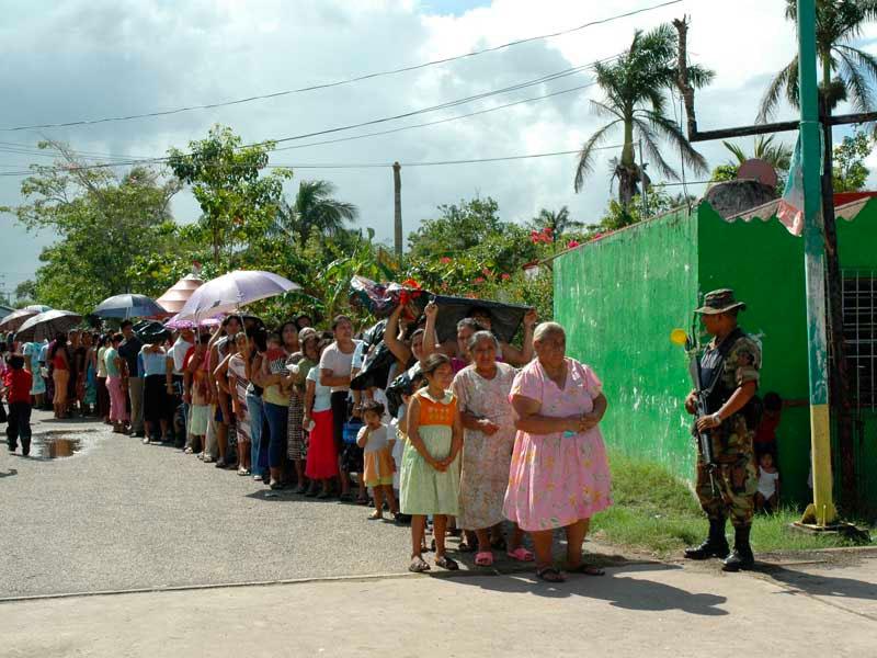 Señoras hacen fila para recibir asistencia de parte de CADENA y la Marina.