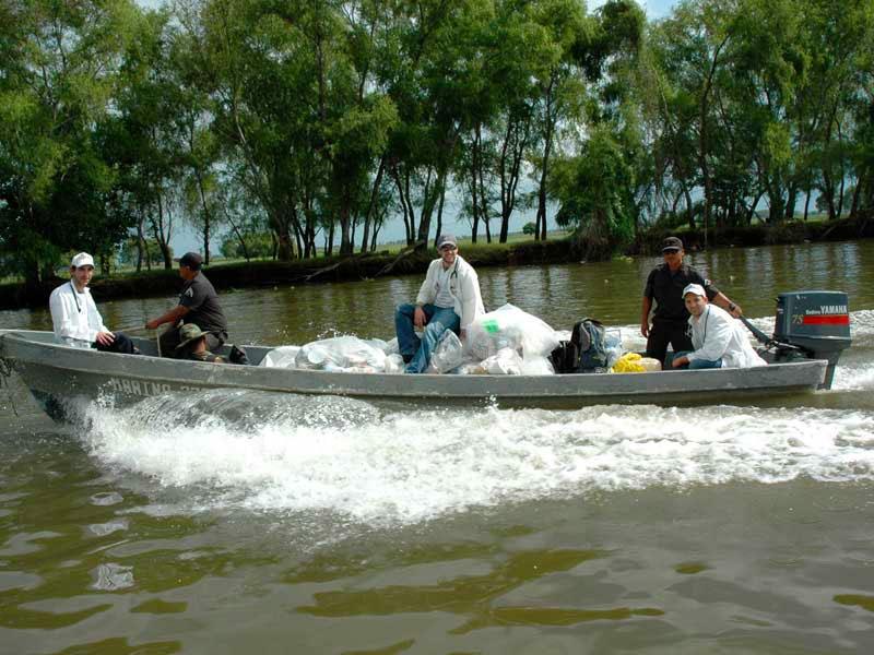 El equipo de CADENA transportando víveres en una lancha