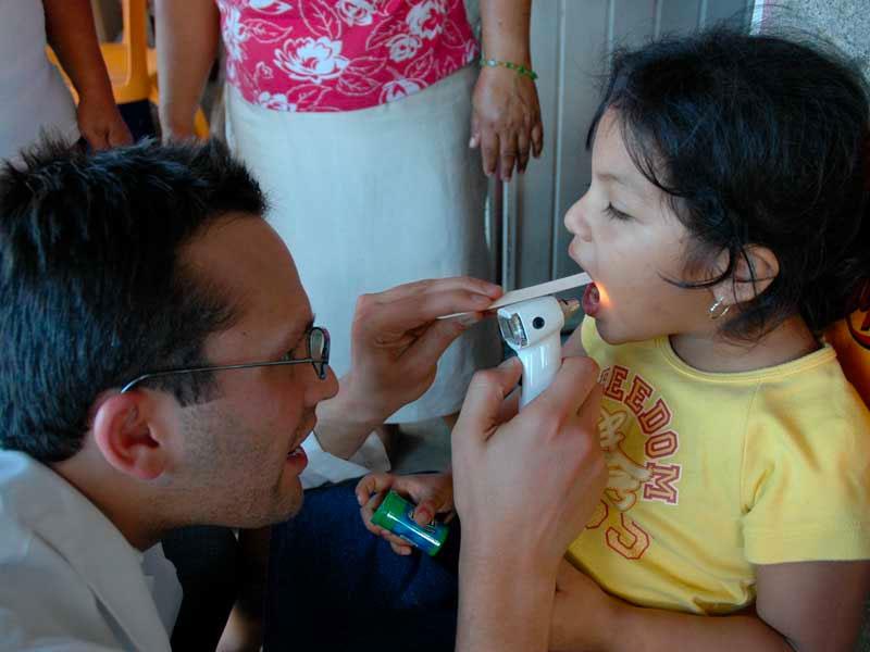 Dentista revisa a una niña