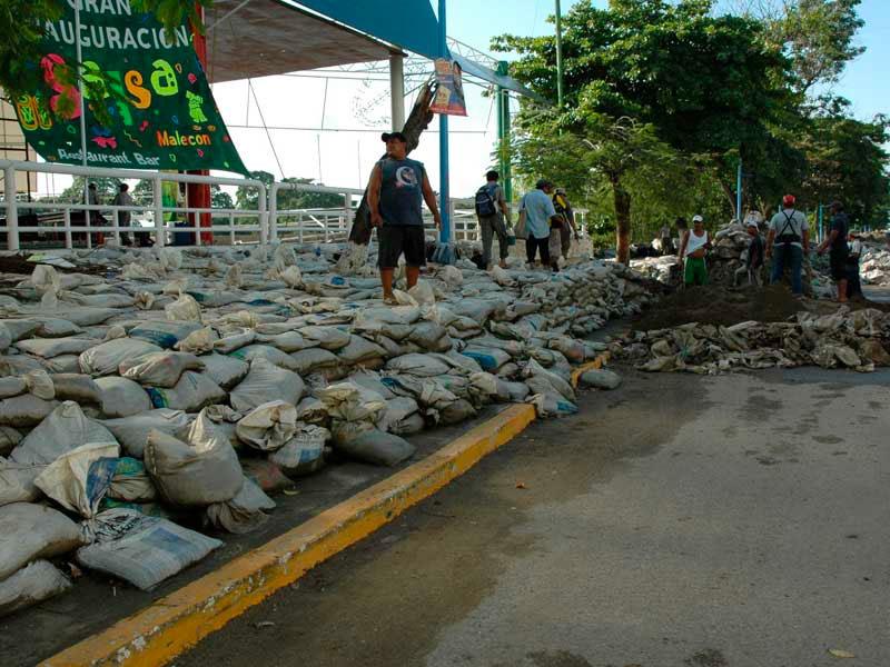 Costales actúan como barrera ante la inundación