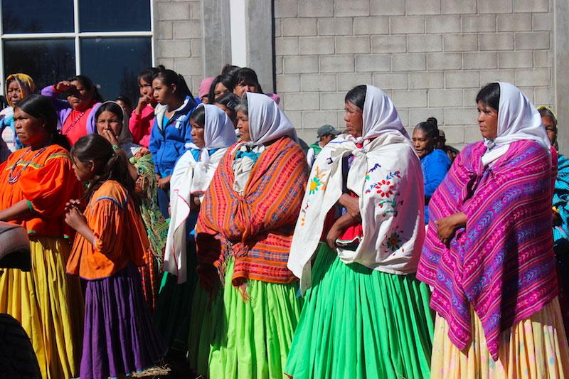 Un grupo de mujeres tarahumaras con vestimenta típica de la región.