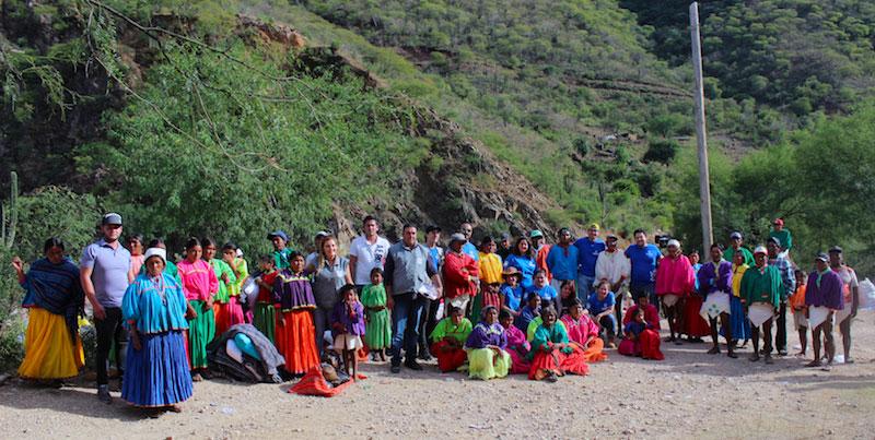 La comunidad de Yoquivo junto con el equipo de voluntarios de CADENA durante la misión a la Sierra Tarahumara.
