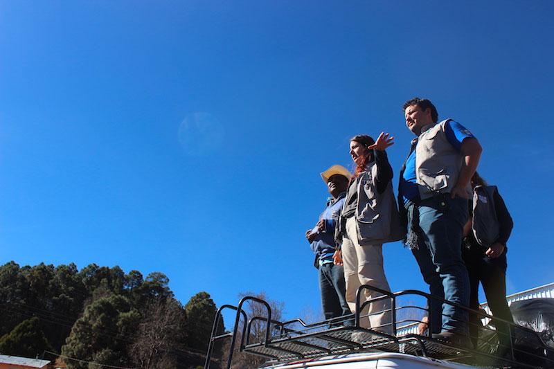Tres voluntarios de CADENA ordenan al equipo durante la misión.