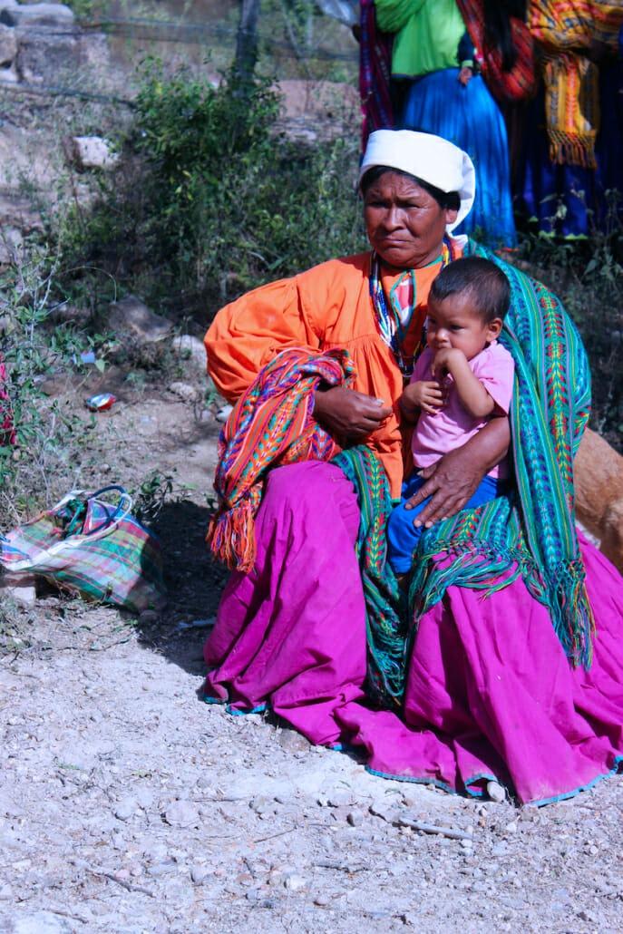 Una madre Tarahumara con su bebé.